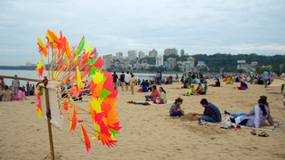 Girgaun Chowpatty showing a beach as well as a large group of people