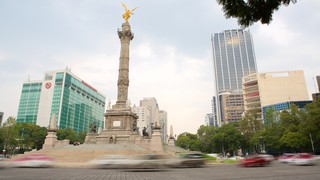 The Angel of Independence Monument showing a monument, central business district and a city