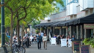 Tom McCall Waterfront Park showing cafe lifestyle, shopping and street scenes