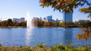 Hermann Park which includes skyline, a fountain and a city