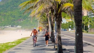 Sao Conrado Beach which includes street scenes and cycling