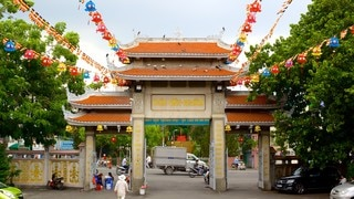 Vinh Nghiem Pagoda which includes a temple or place of worship and street scenes