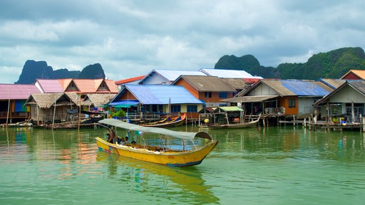Phang Nga showing a coastal town and boating