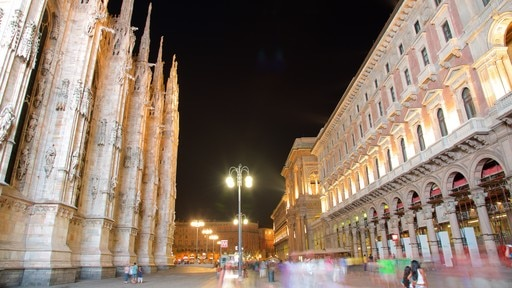 Piazza del Duomo showing street scenes, heritage architecture and a church or cathedral