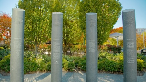 Centennial Olympic Park showing a memorial and a park