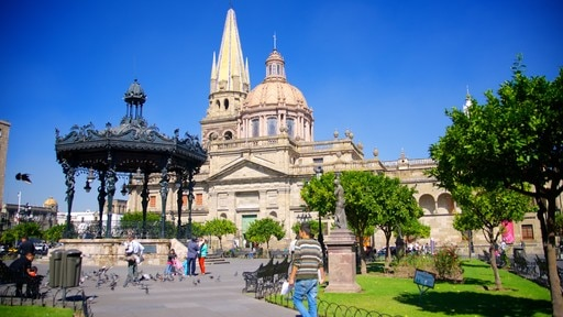 Plaza de Armas showing heritage architecture, a church or cathedral and a garden