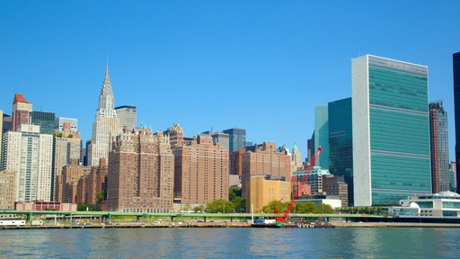 United Nations Headquarters showing a city
