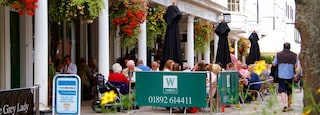 Pantiles which includes outdoor eating as well as a large group of people