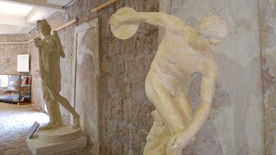 Villa Kerylos showing a statue or sculpture