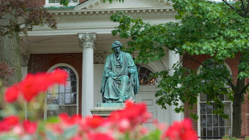 Maryland State House showing a statue or sculpture