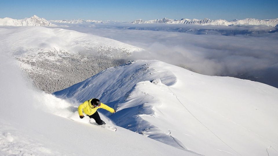 Marmot Basin featuring snow boarding, mountains and snow