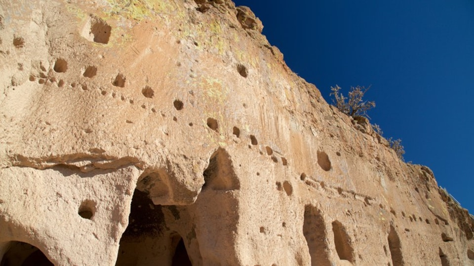 Puye Cliff Dwellings showing a ruin and heritage elements