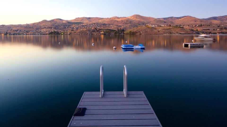 Lake Chelan showing a sunset, boating and tranquil scenes