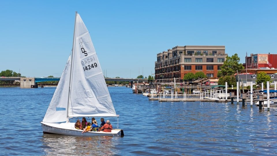 Bay City which includes sailing and a bay or harbor as well as a small group of people
