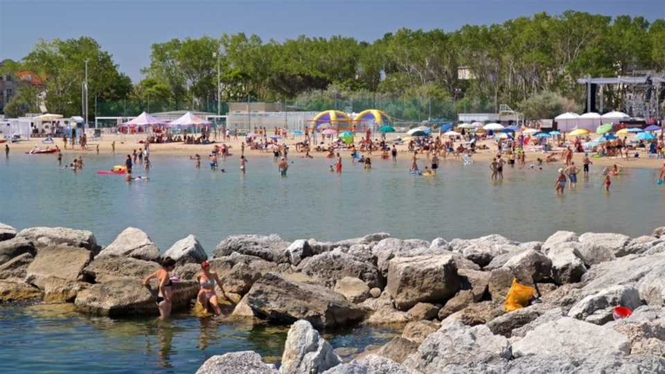 Bellaria-Igea Marina which includes general coastal views and swimming as well as a large group of people