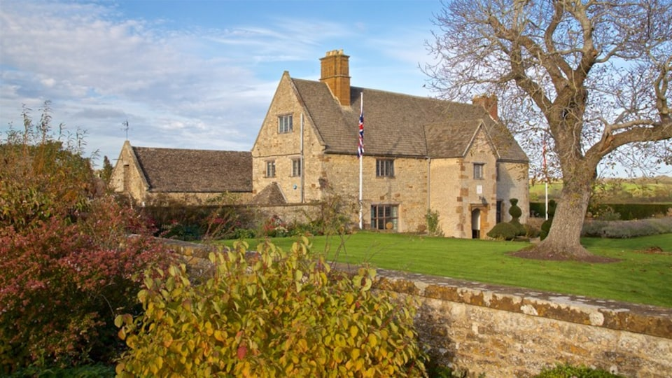 Sulgrave Manor showing a small town or village