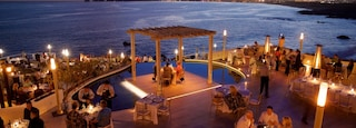 San Jose del Cabo which includes night scenes, dining out and outdoor eating