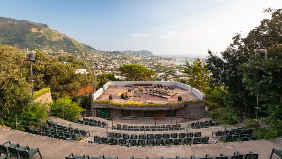 Giardini la Mortella showing theater scenes and landscape views
