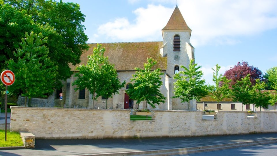 Roissy-en-France showing a small town or village