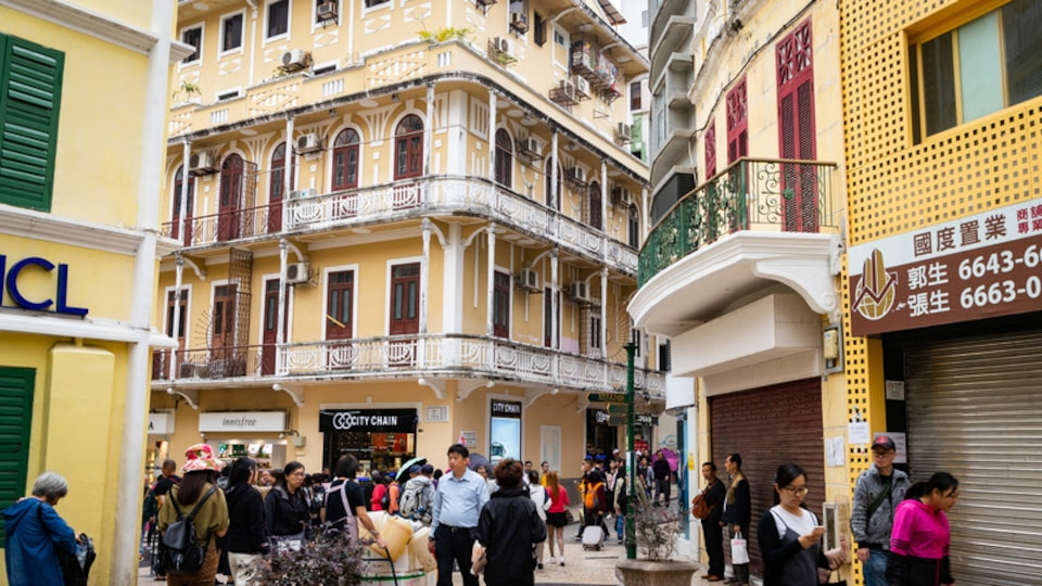 Macau City Centre showing street scenes as well as a large group of people