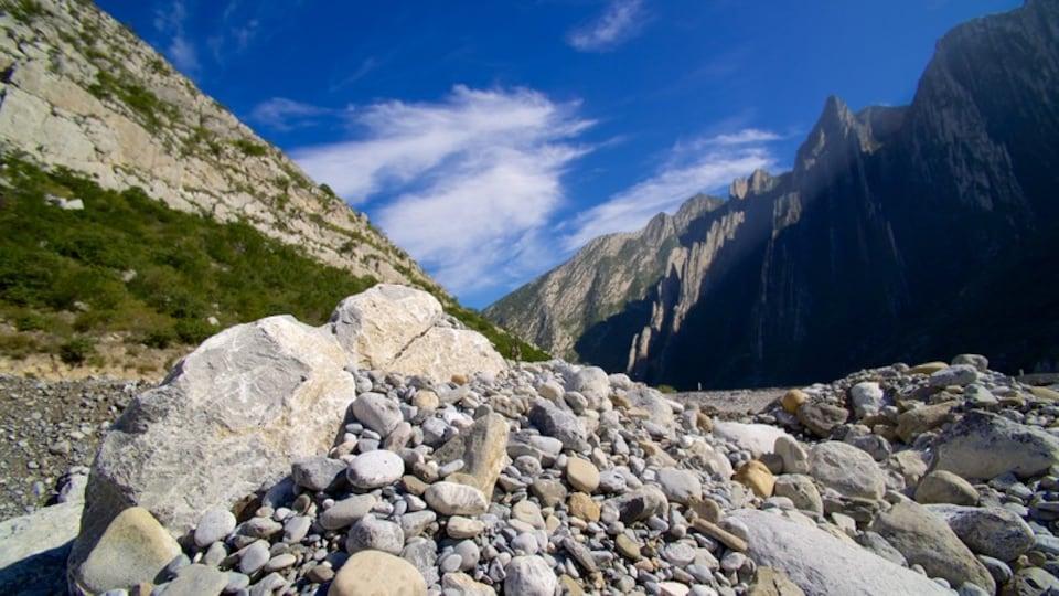 Canon de la Huasteca showing mountains and landscape views