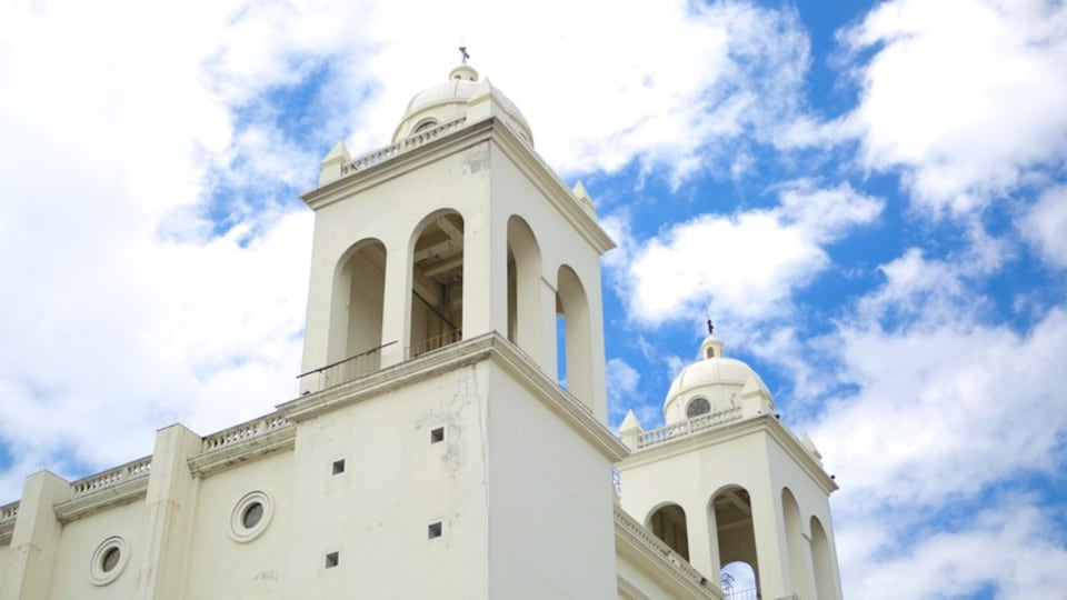 San Salvador featuring religious aspects and a church or cathedral