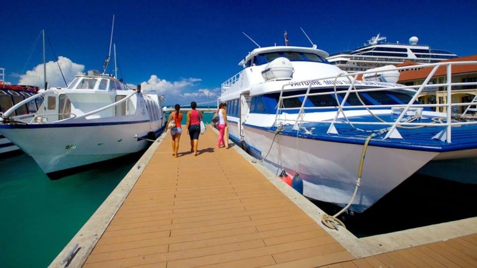Uturoa which includes a marina and boating