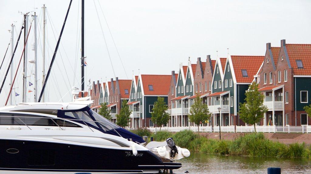 Volendam que incluye una bahía o puerto
