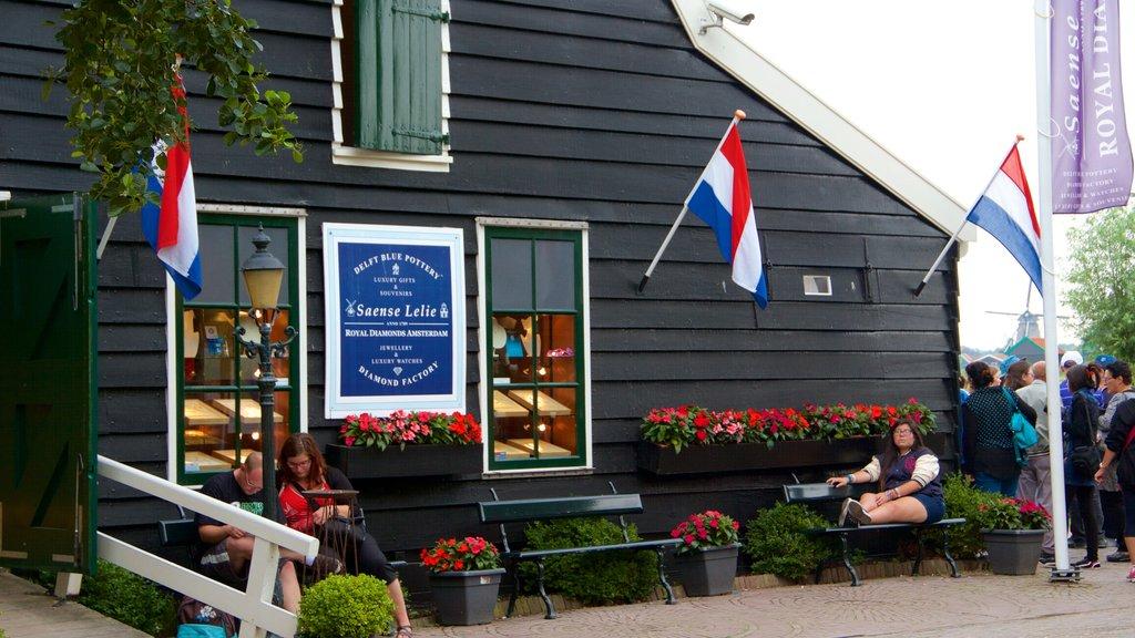 Zaanse Schans showing shopping