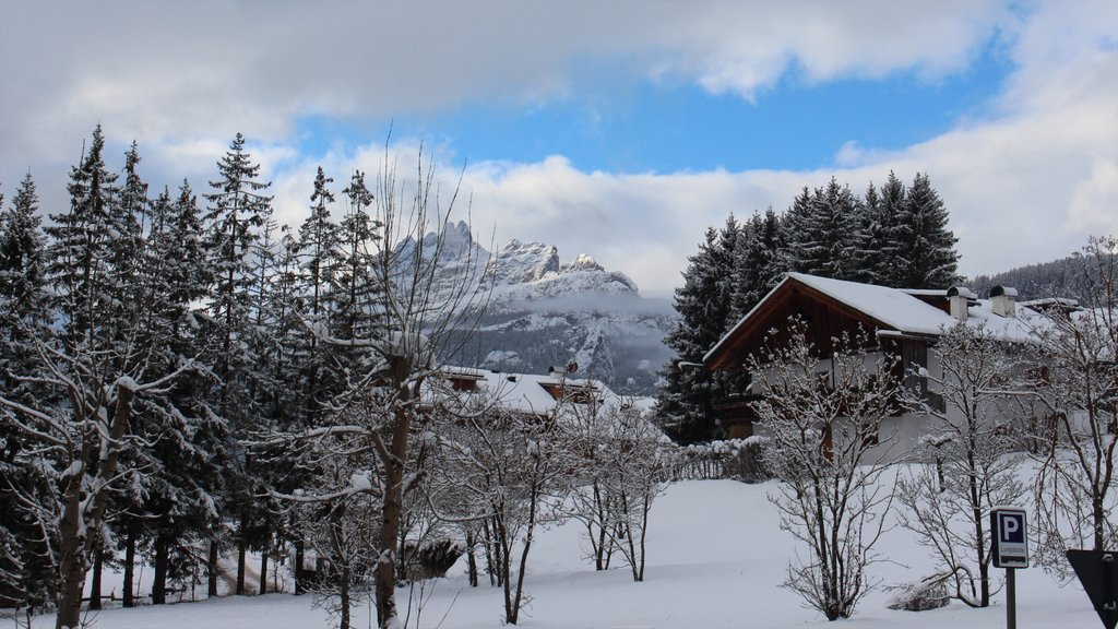 Cortina d\'Ampezzo which includes mountains, a house and snow