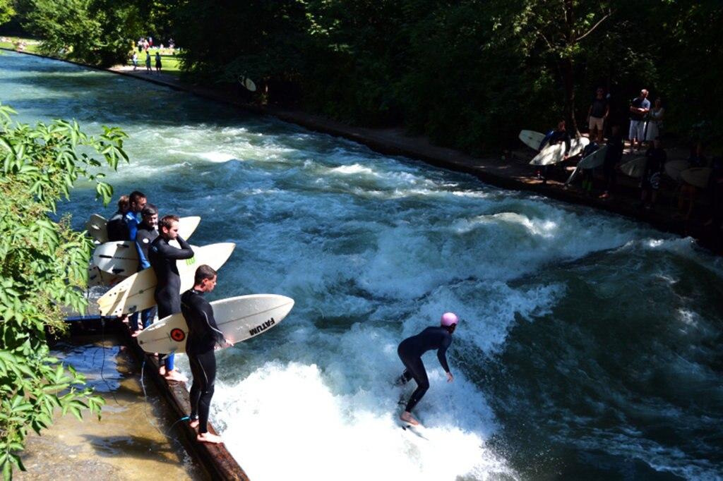 Surfen auf der Eisbachwelle in München