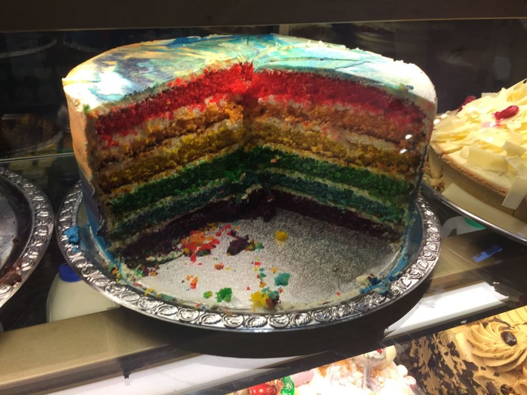 Regenbogen-Kuchen bei Richmod Tea Rooms in Manchester