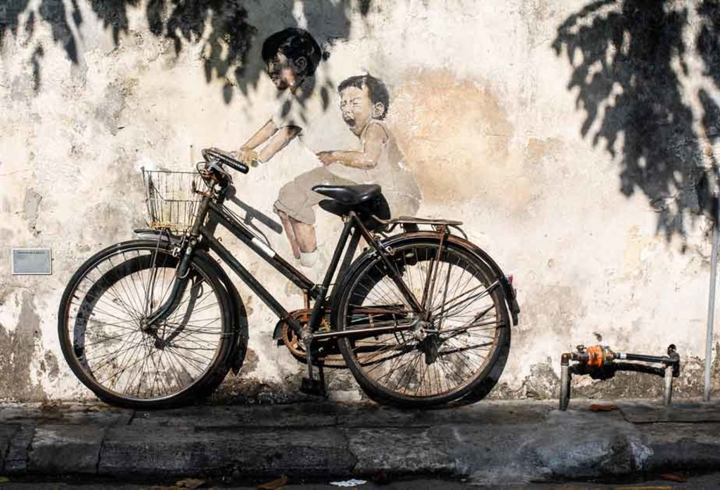 Kinder auf einem Fahrrad-Street Art in Penang