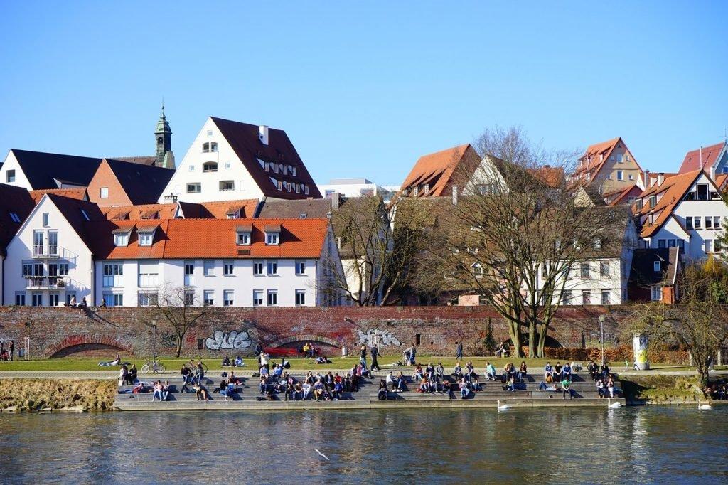 Blick auf die Stadtmauer entlang der Donau in Ulm