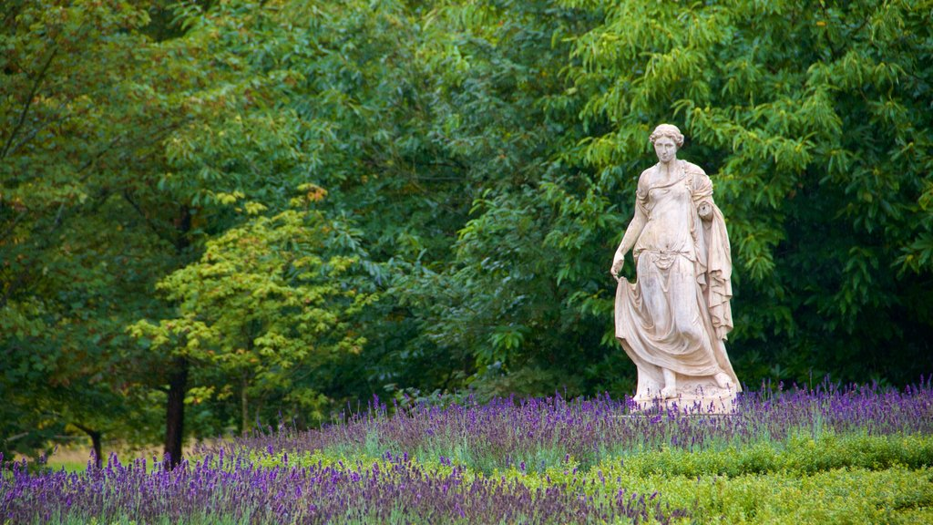 Knole showing a statue or sculpture, flowers and a park
