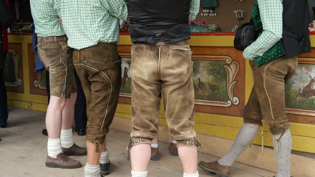 Männer in bayrischen Lederhosen, Bayerisch für Anfänger