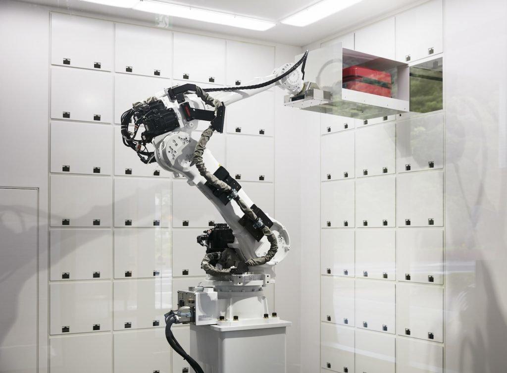Henn na Hotel, Roboterarm handhabt Koffer