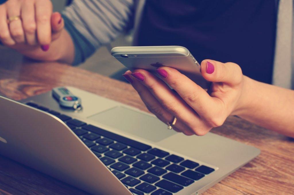 Handy und Laptop, Zukunft der Online-Buchungen