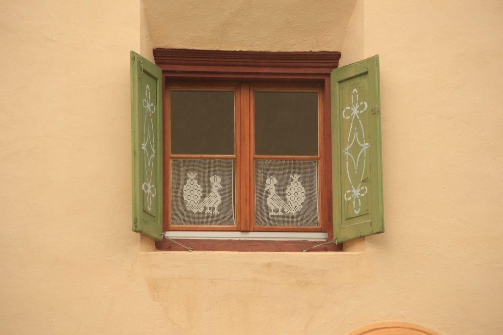 Fenster mit Schlagläden in der Schweiz