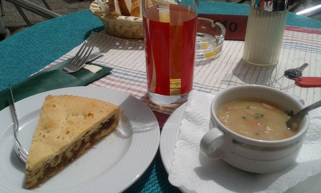 Kuchen, Suppe und Getänk: schweizer Küche