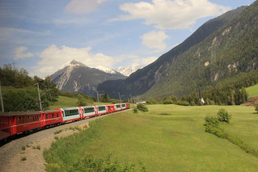 Zugfahrt durch die Landschaft der schweizer Alpen