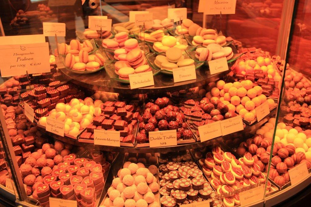Macarons und schweizer Schokoladenpralinen