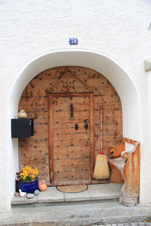 Schweizer Haustür mit Besen