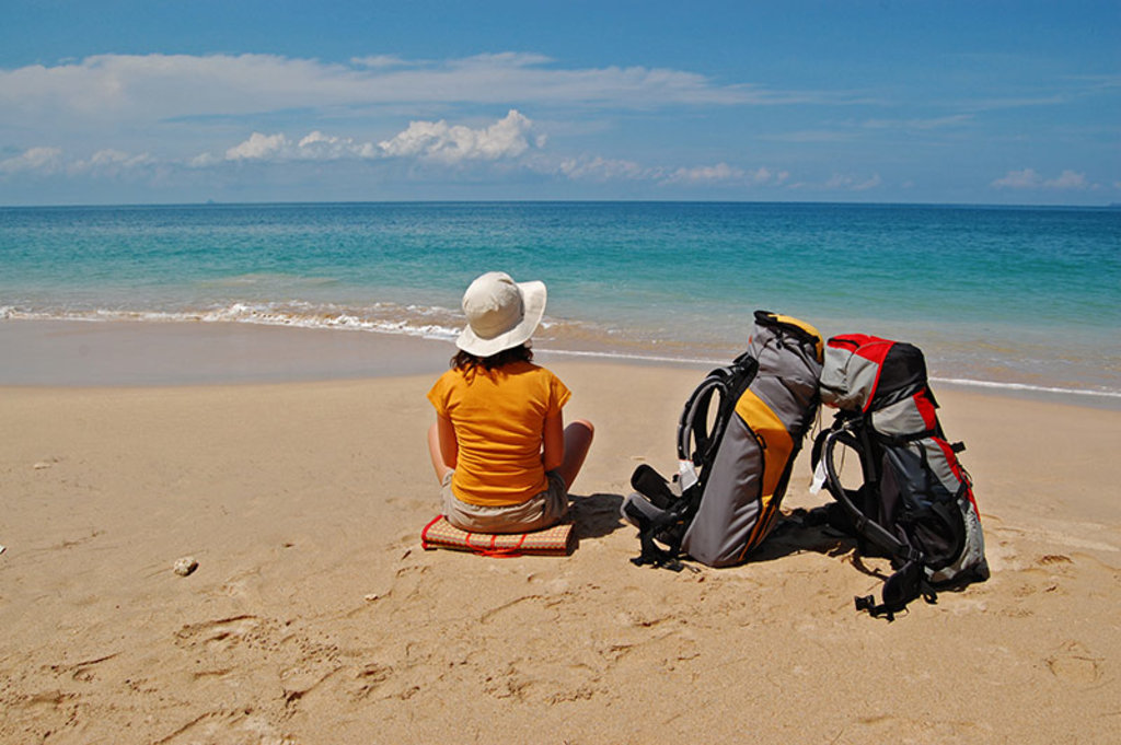 backpacker-at-beach strand rucksack gepäck