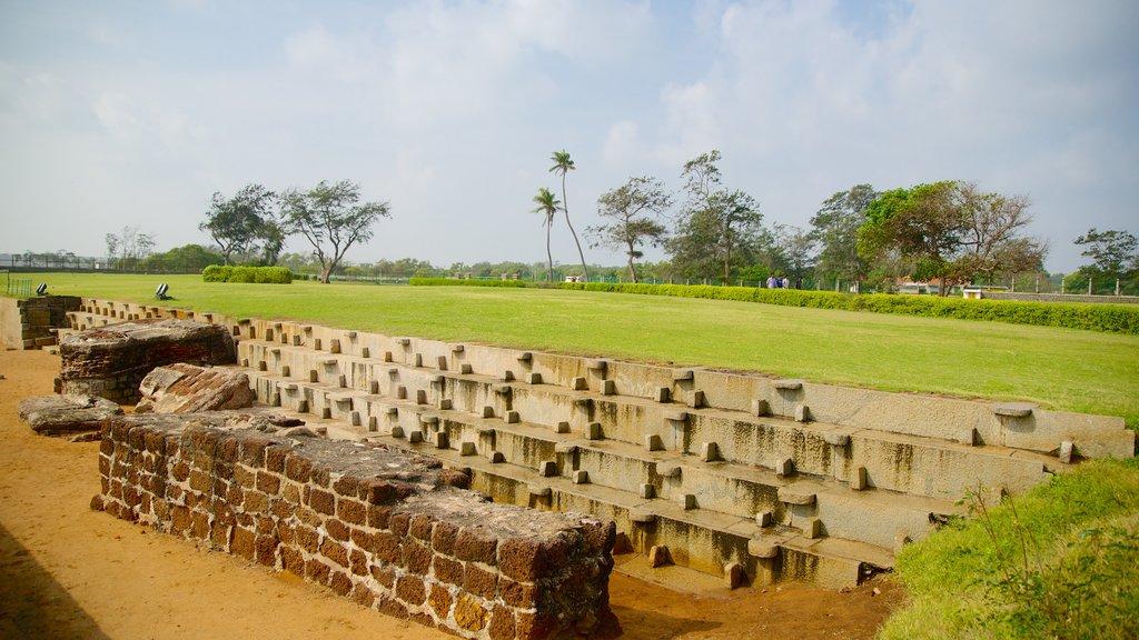 Templo de la Playa ofreciendo una ruina y un jardín