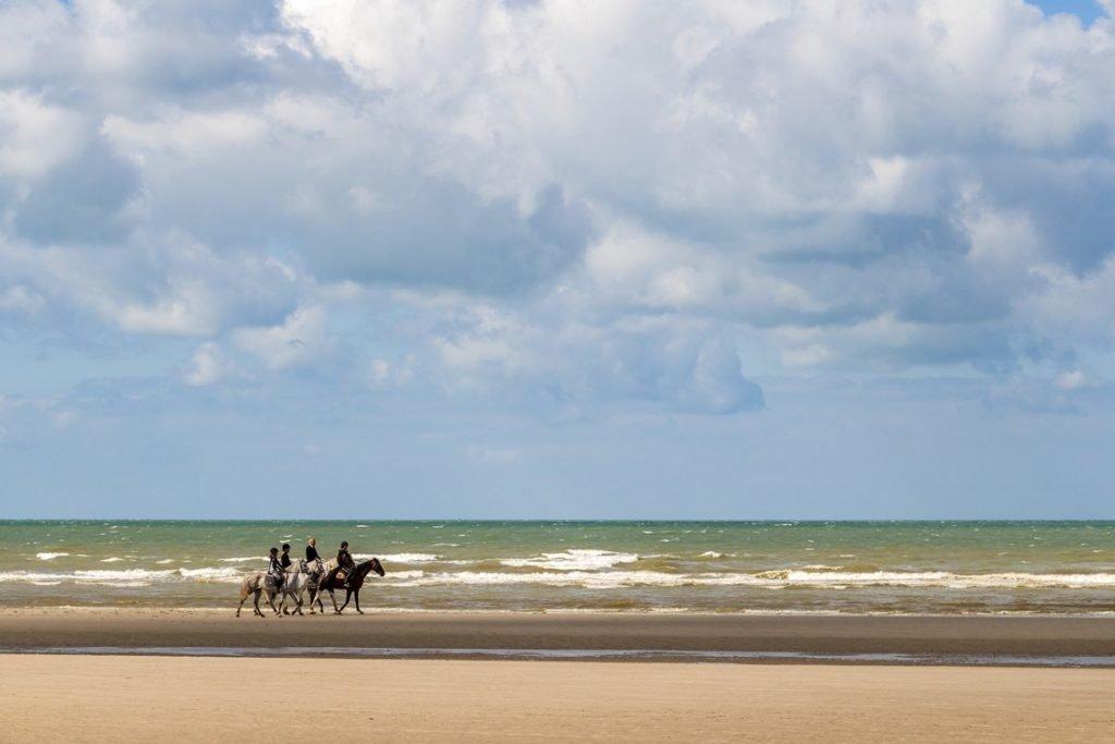 Reiter am Strand der Normandie, Reiseziel Frankreich