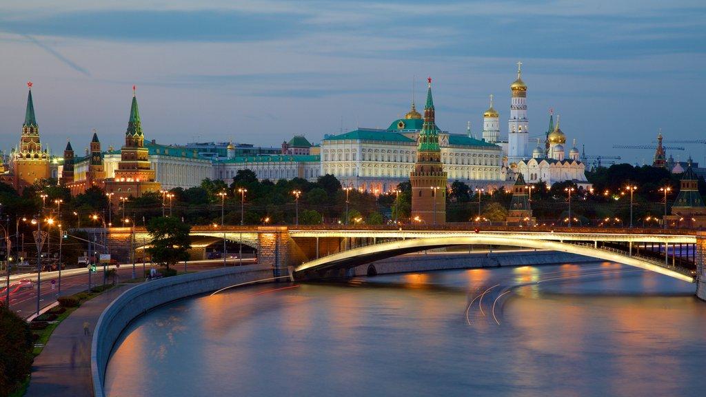 Kremlin de Moscú mostrando escenas nocturnas, un río o arroyo y una ciudad