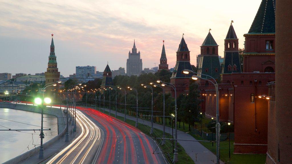Kremlin de Moscú ofreciendo una ciudad y un río o arroyo
