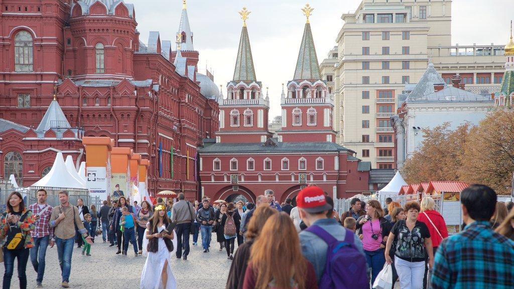 Kremlin que incluye escenas urbanas y una ciudad y también un gran grupo de personas