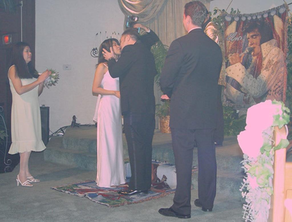 Der Hochzeitskuss vor Pastor Elvis, Heiraten in Las Vegas